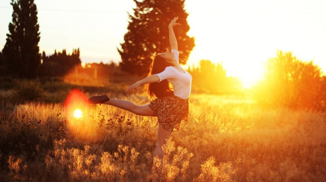 girl-dancing-in-the-sunlight